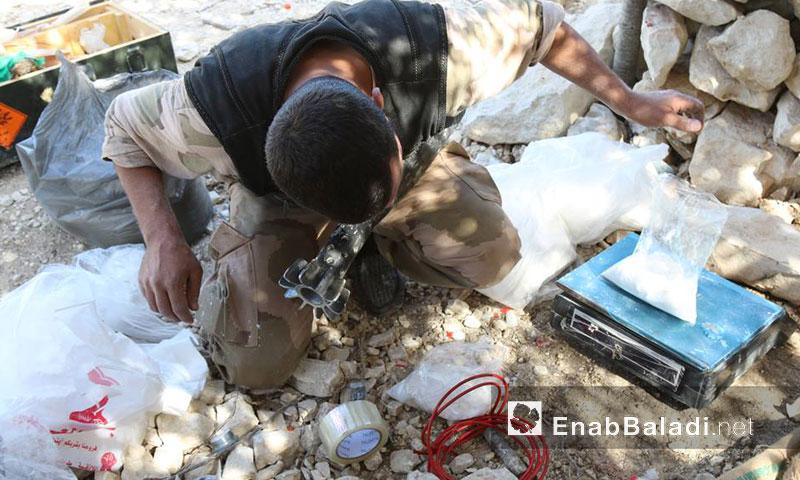 """عنصر من """"الجيش الحر"""" يجهز قذائف الهاون على محور الكبانة في ريف اللاذقية الشمالي- أيلول 2016 (عنب بلدي)"""