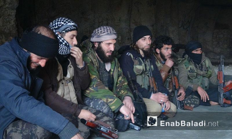 """القيادي """"أبو عمر الحموي"""" يتوسط مجموعة من المقاتلين (عنب بلدي)"""