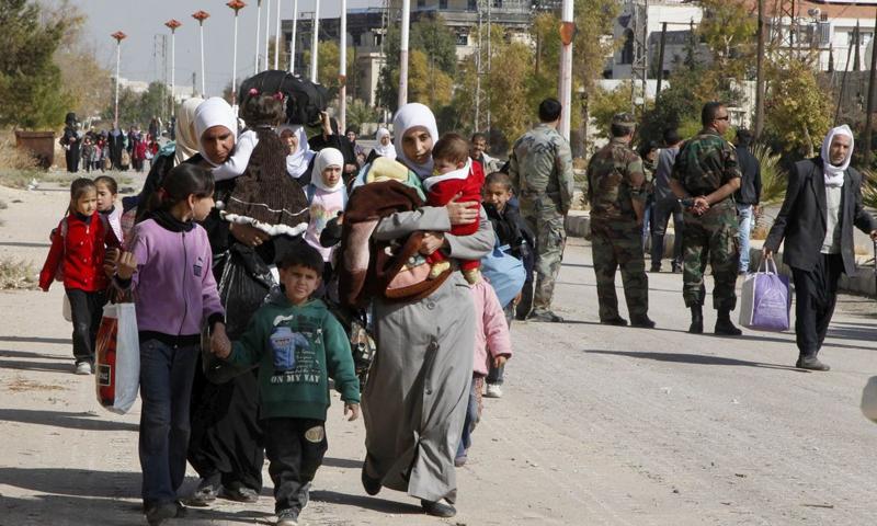 خروج اهالي المعضمية بعد حصار النظام للمدينة في 2013 (رويترز