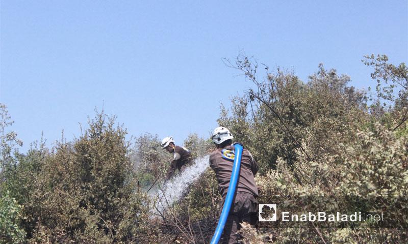 عناصر الدفاع المدني في الساحل يطفئون حريقًا داخل قرية الصفيات - آب 2016 (عنب بلدي)