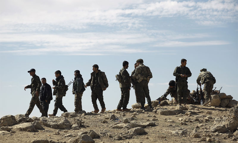 مقاتلون من القوى الديمقراطية السورية يجتمعون على مشارف بلدة الشدادي في محافظة الحسكة السورية الشمالية الشرقية، على 19 فبراير 2016( AFP)