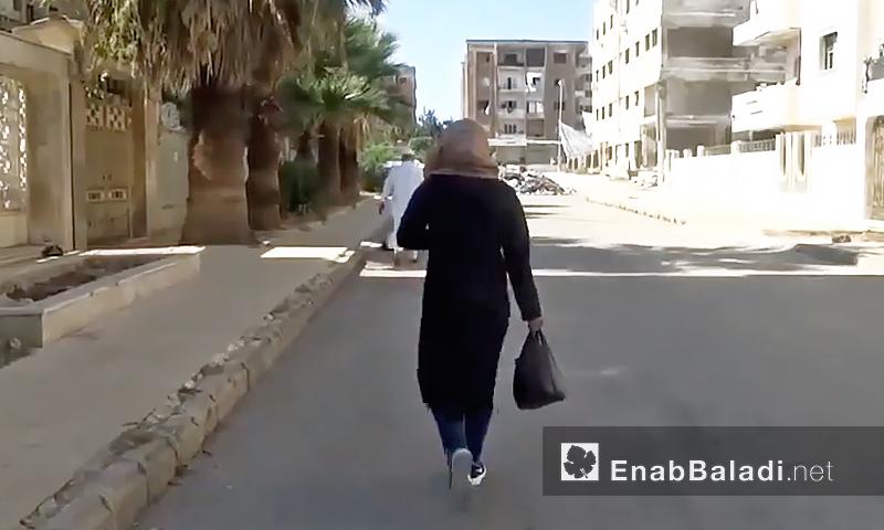 فتاة تمشي في حي الوعر المحاصر بحمص - أيلول 2016 (عنب بلدي)