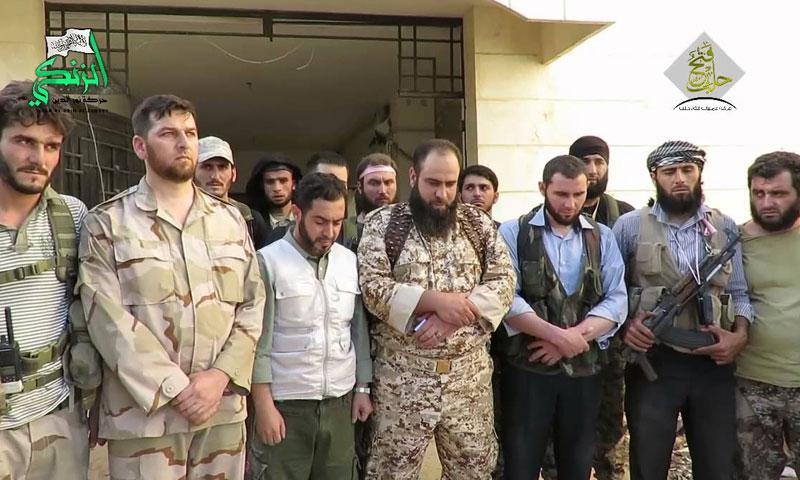 """أرشيفية- قادة ومقاتلون في حركة """"نور الدين الزنكي"""" في مدينة حلب (تويتر)"""