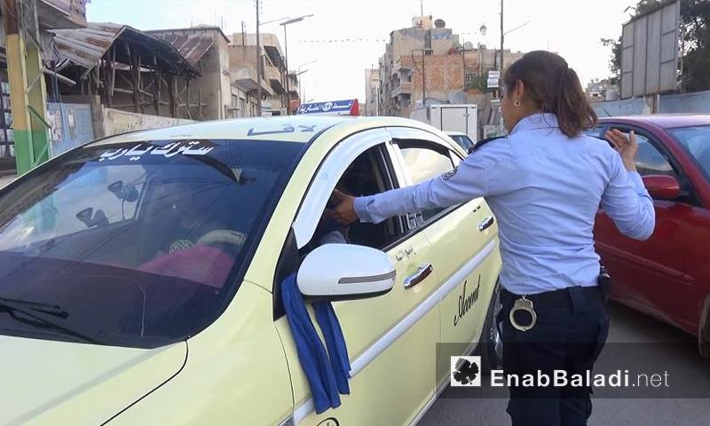 شرطية تنظم السير في مدينة القامشلي - آب 2016 (عنب بلدي)