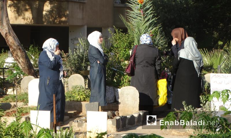 نساء يزرن مقبرة للشهداء في حي الوعر بحمص - 12 أيلول 2016 (عنب بلدي)