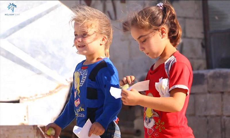 """ردود أفعال الأطفال بعد تسلمهم """"العيدية"""" (فريق ملهم التطوعي )"""