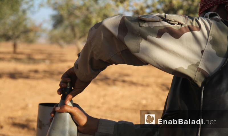 """مقاتل من حركة """"أحرار الشام"""" قرب بلدة القاهرة في ريف حماة الشمالي - 27 أيلول 2016 (عنب بلدي)"""
