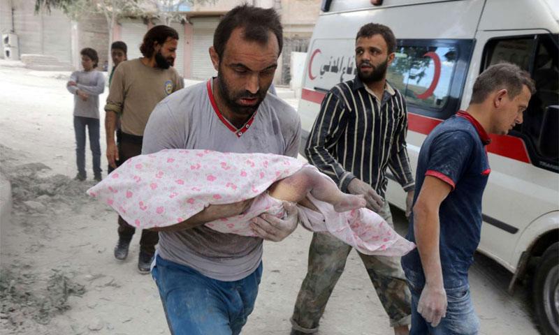 رجل يحمل طفلته التي قتلت بقصف لقوات الأسد في مدينة حلب - أيلول 2016 (AFP)