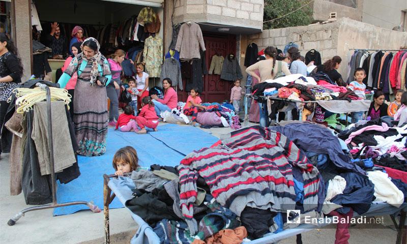 """شراء أهالي الحسكة ألبسة """"البالة"""" من أحد المحلات في المدينة (عنب بلدي)"""