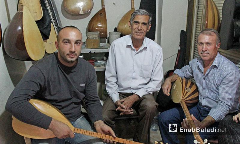 بائع آلات موسيقية مع فنانين أكراد في مدينة القامشلي - (عنب بلدي)