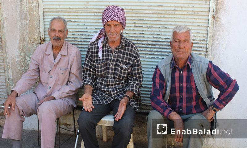 رجال أكراد يجلسون في أحد أحياء مدينة القامشلي - 29 أيلول 2016 (عنب بلدي)