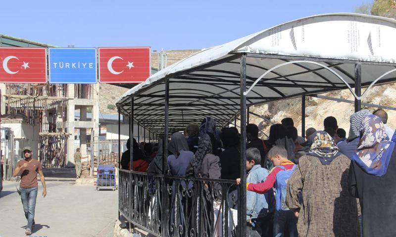 """السوريون على الجانب السوري من معبر """"باب الهوى"""" الحدودي مع تركيا - 2016 (إدارة المعبر)"""