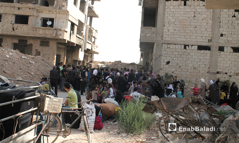 أهالي داريا قبل خروجهم من المدينة - آب 2016 (أرشيف عنب بلدي)