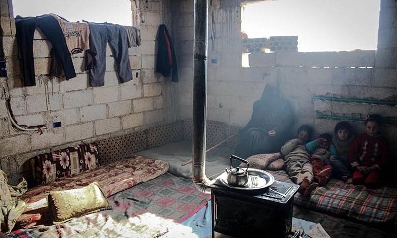 عائلة نازحة في درعا تعيش في بناء قيد الانشاء تصوير محمد أبازيد