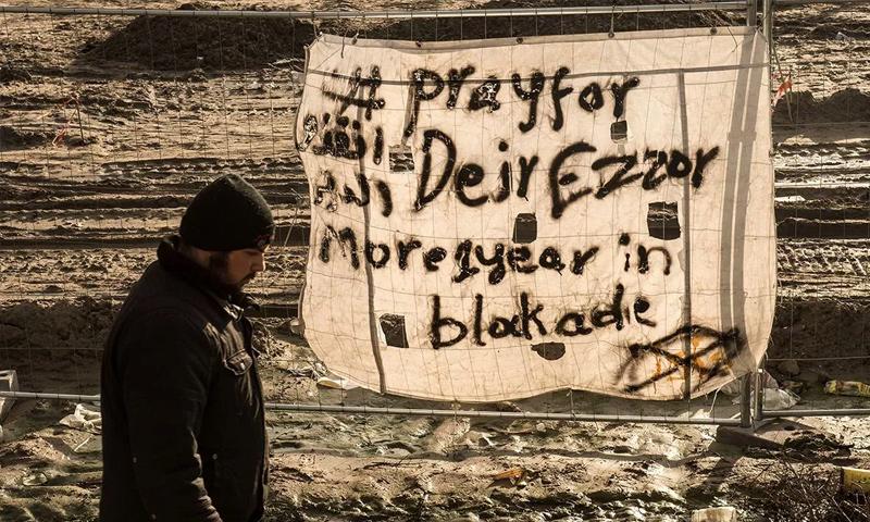 لافتة في مخيم في فرنسا تطالب بالصلاة لأجل دير الزور - 7 كانون الأول 2015 (AFP)