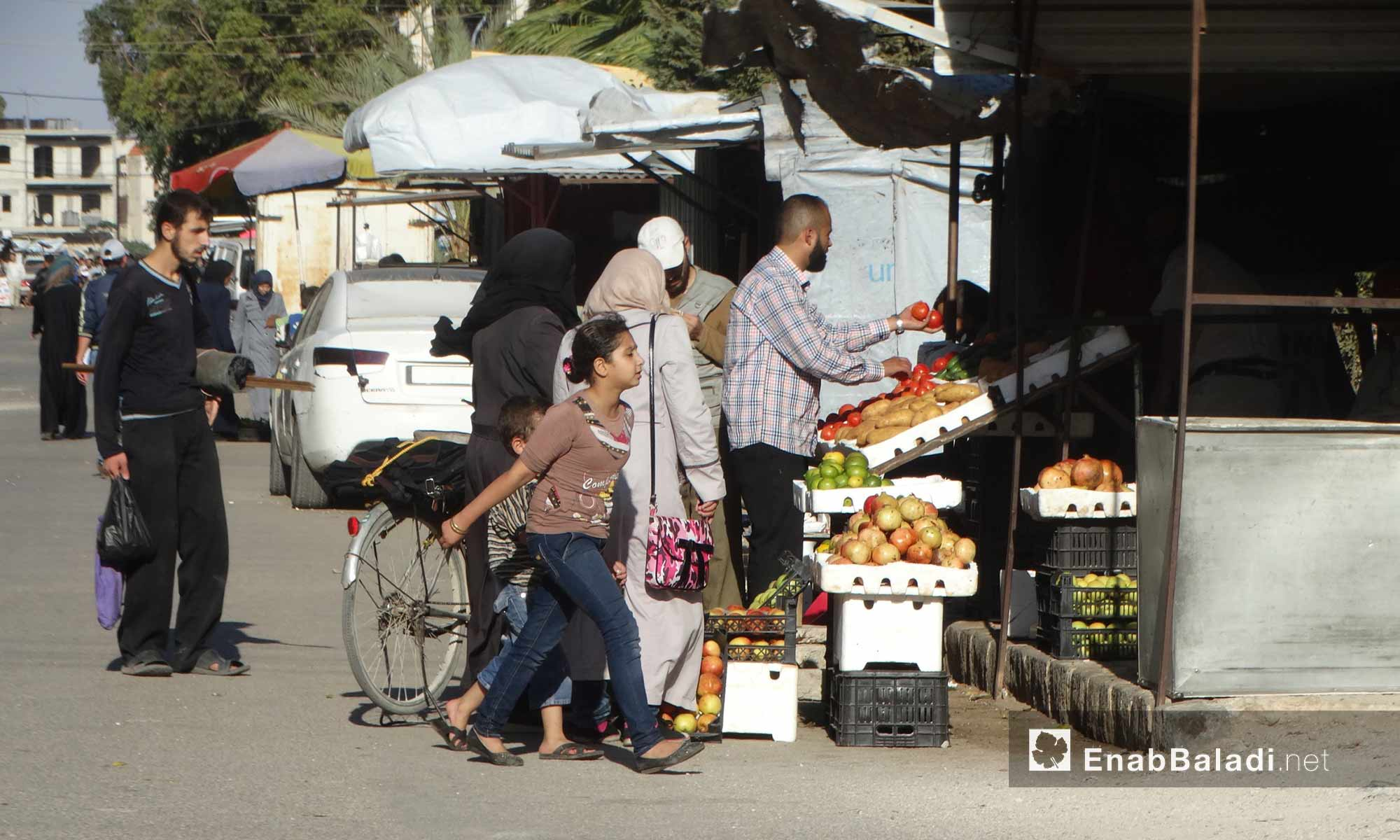 بائع خضار في حي الوعر بحمص - 11 تشرين الأول 2016 (عنب بلدي)
