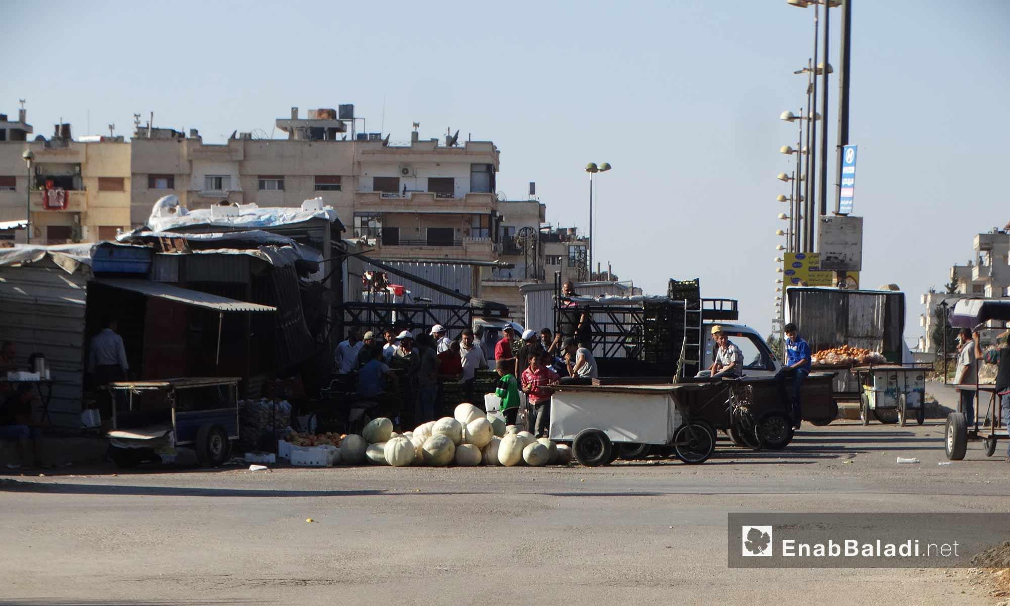 """لحام يقوم بإعداد """"المشاوي"""" في حي الوعر بحمص - 11 تشرين الأول 2016 (عنب بلدي)"""