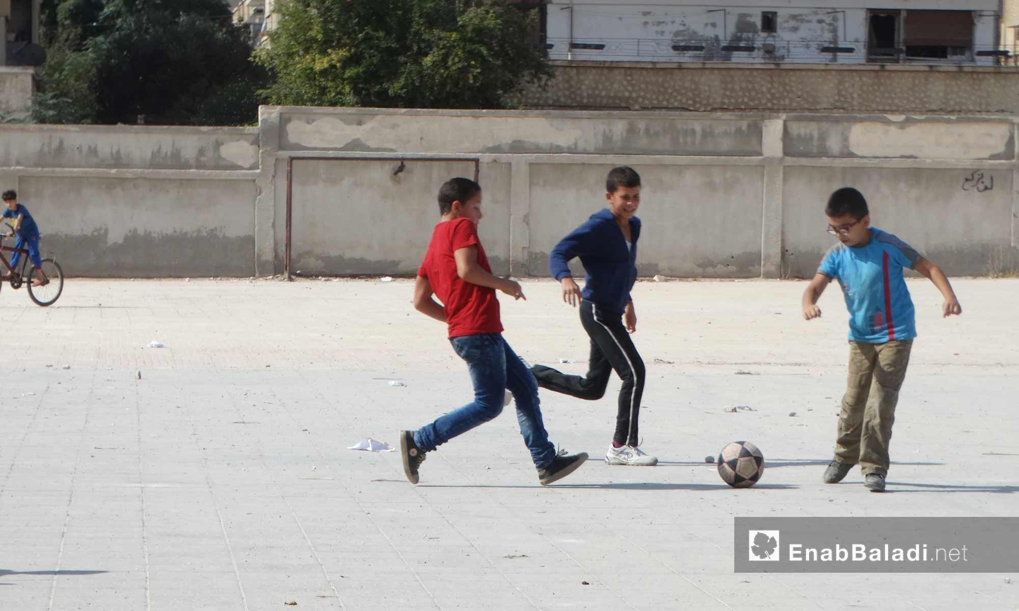 أطفال يلعبون في حي الوعر بحمص - 11 تشرين الأول 2016 (عنب بلدي)