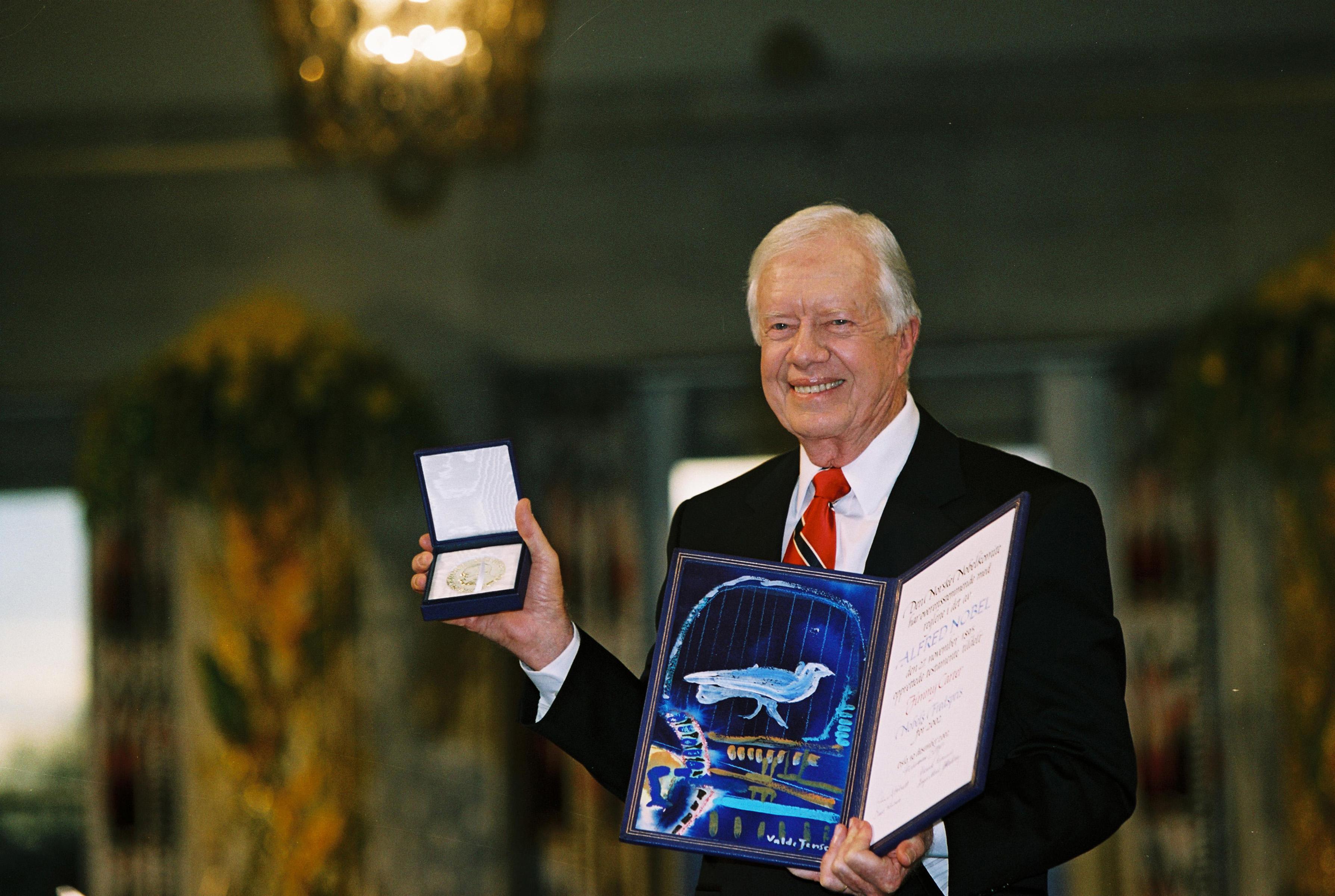 جيمي كارتر أثناء تسلمه الجائزة