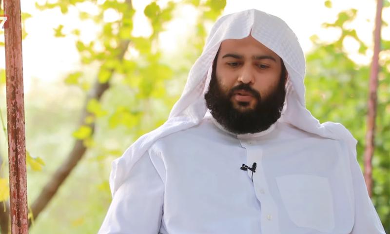 """تعبيرية: الشرعي في """"تحرير الشام"""" عبد الله المحيسني في برنامجه """"الشام في أسبوع"""" - 2016 (يوتيوب)"""
