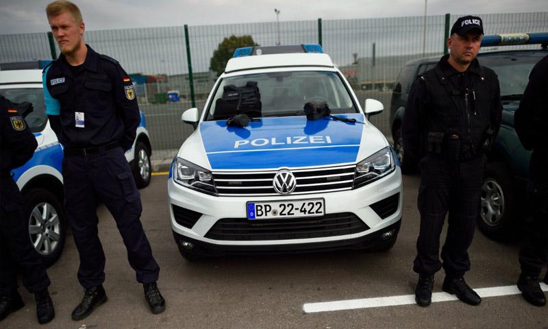شرطيان بلغاري وألماني خلال تدشين قوة حرس الحدود المشتركة (إنترنت)