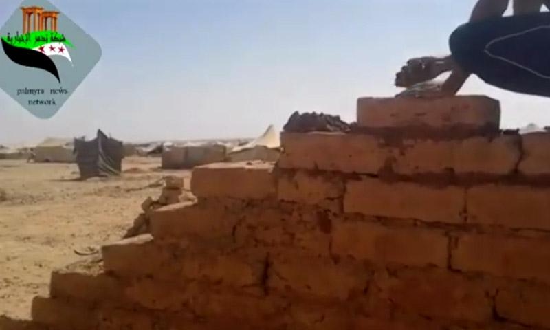 بناء المنازل الطينية في مخيم الركبان على الحدود السورية الأردنية- تشرين الأول (فيس بوك)