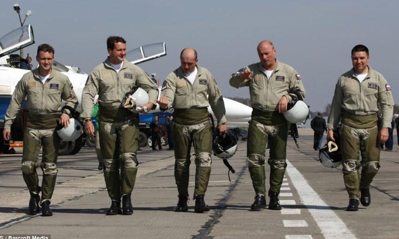 عسكريون روس داخل مطار حميميم في سوريا (إنترنت)