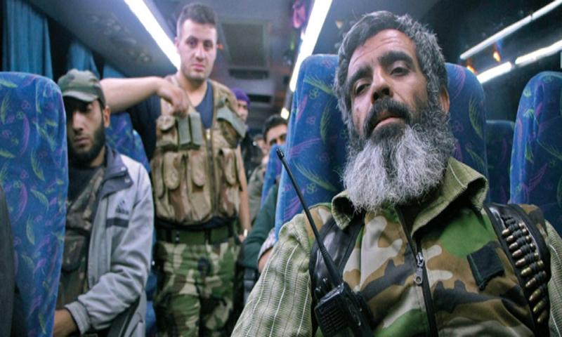 مقاتلين من قدسيا والهامة في طريقهم إلى إدلب - (فرانس برس)