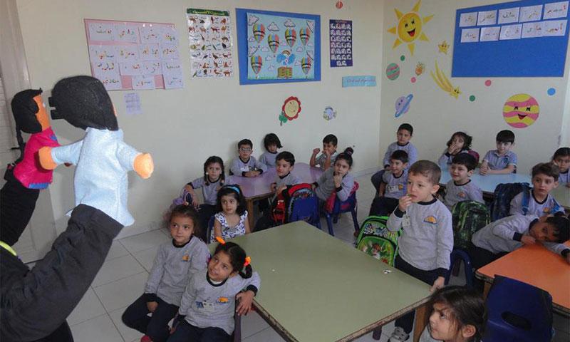 الأطفال في حصة دراسية في روضة الأمجاد في جديدة عرطوز (صفحة الروضة - فيس بوك)