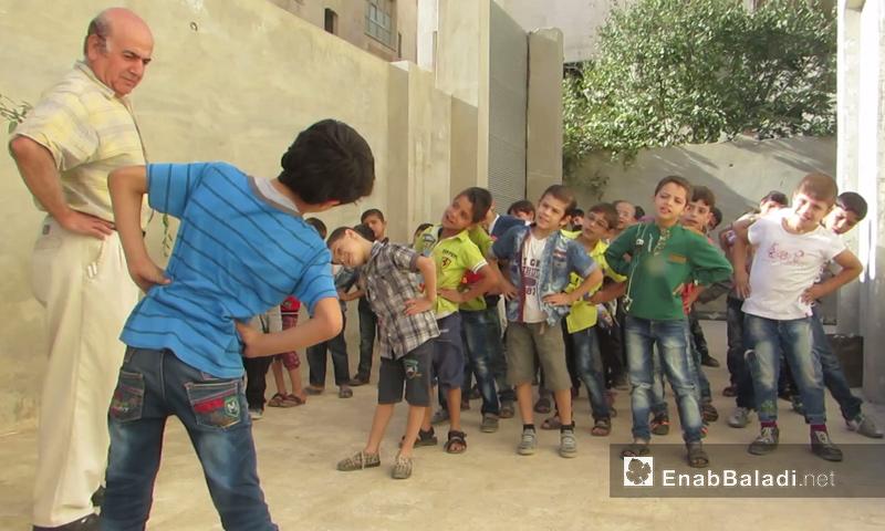 أطفال يلعبون في مدرسة لأبناء الشهداء والأيتام في إدلب - تشرين الأول 2016 (عنب بلدي)