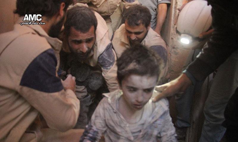 الدفاع المدني ينقذ طفلًا قتلت عائلته في غارة جوية على حي بستان الباشا- الاثنين 3 تشرين الأول (مركز حلب الإعلامي)