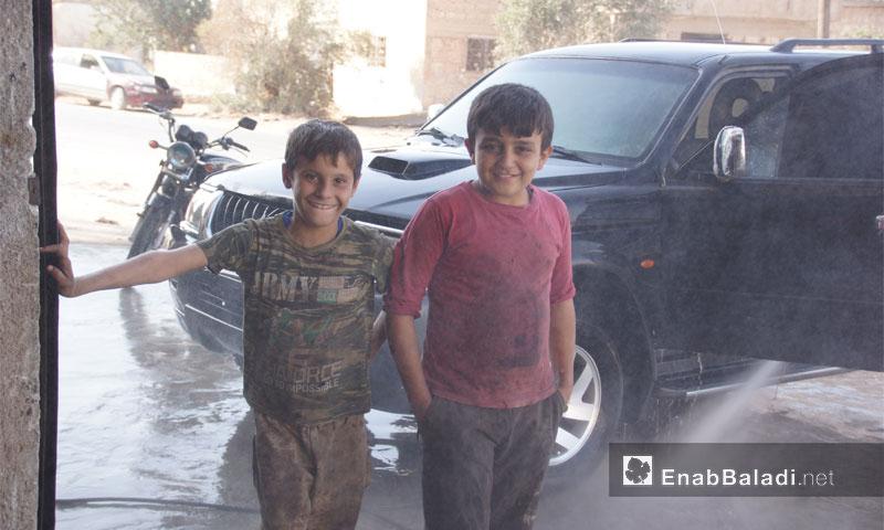 أطفال يعملون في محل صيانة سيارات في إدلب - 13 تشرين الأول 2016 - (عنب بلدي)