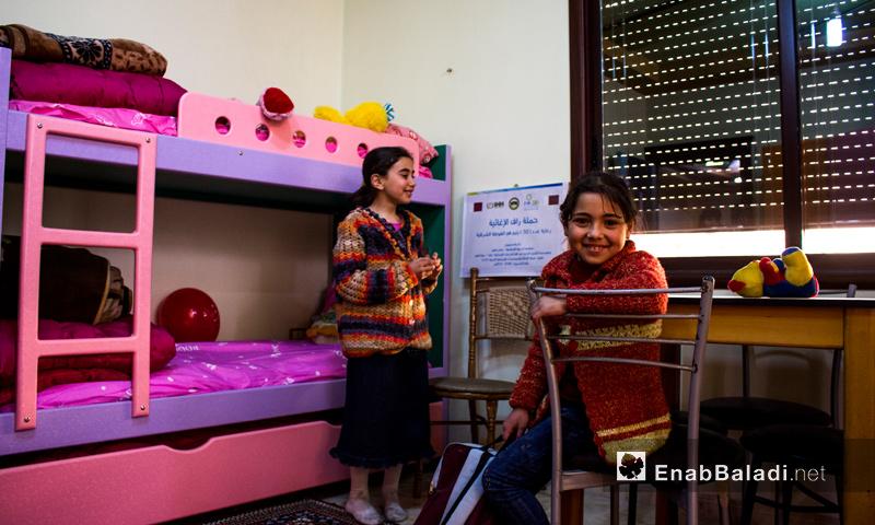"""طفلتان في قسم الإيواء في """"بيت العطاء"""" في الغوطة الشرقية - تشرين الأول 2016 (عنب بلدي)"""