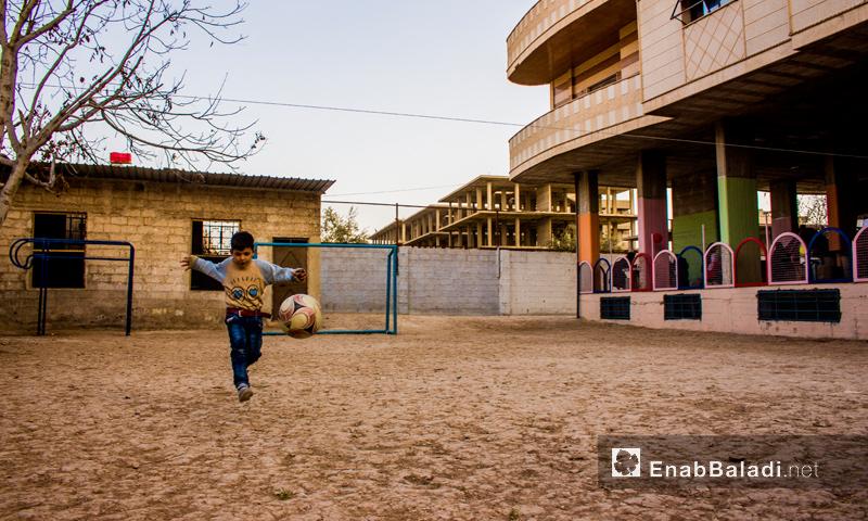 """طفل يلعب كرة القدم في """"بيت عطاء"""" في الغوطة الشرقية - تشرين الأول 2016 (عنب بلدي)"""