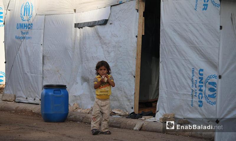 طفل يقف أمام خيمة في محافظة درعا جنوب سوريا - تشرين الأول 2016 (عنب بلدي)