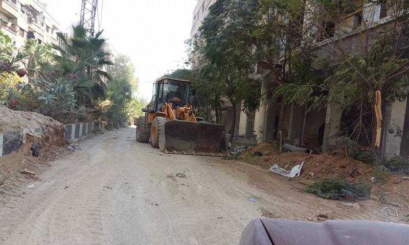 آلية قال المكتب التنفيذي إنها ترحل الردم في شوارع داريا تشرين الأول (فيس بوك)