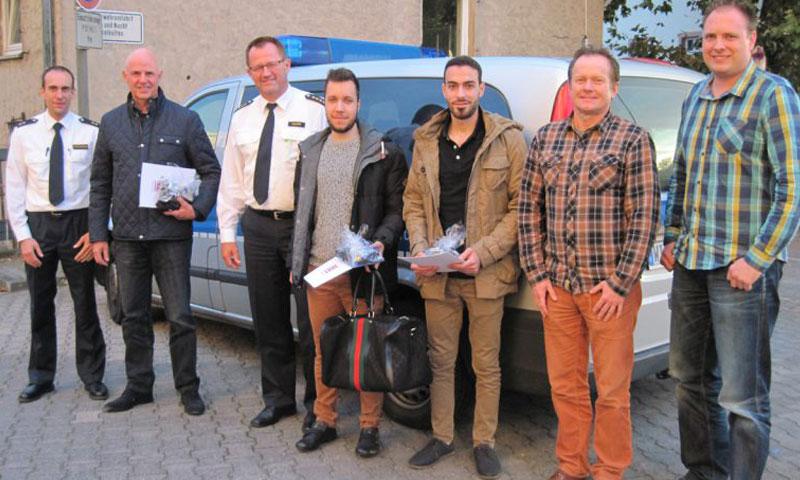 الشاب السوري وائل أبو هايلة إلى جانب قائد شرطة مدينة هاناو الألمانية (بريمافيرا 24)