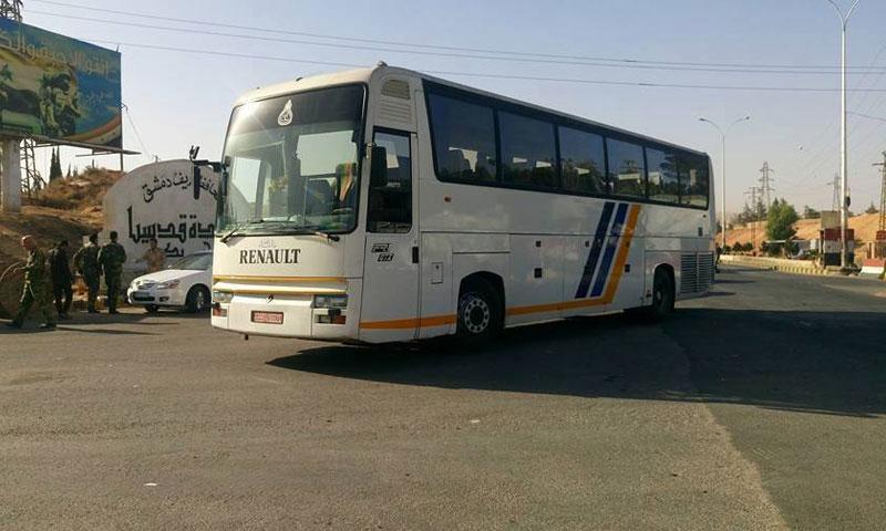 بدأت الحافلات عملية إخلاء مقاتلي قدسيا والهامة باتجاه إدلب (دمشق الآن)