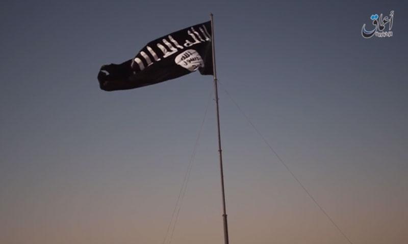 """تنظيم """"الدولة"""" يرفع راية بطول 30 مترًا في الرقة (أعماق)"""