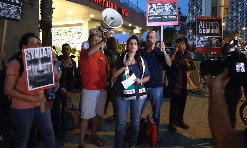 الناشطة السياسية أسماء أغبارية تتوسط مظاهرة ضد النظام السوري في تل أبيب (فيس بوك)
