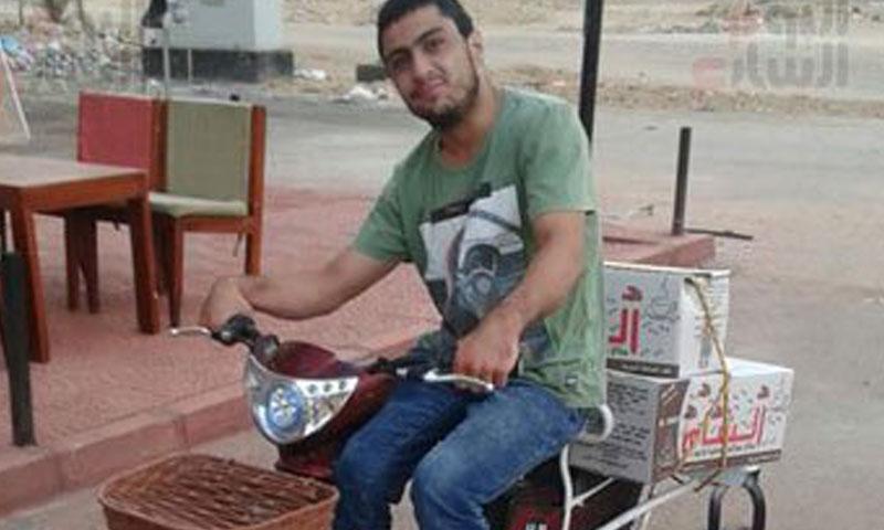 الشاب محمود الأفندي يبيع الحلوى على دراجته (اليوم السابع)