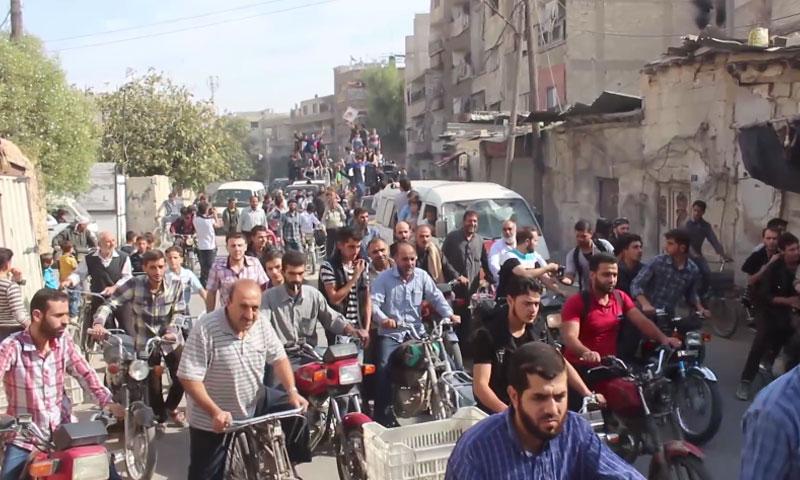 """مظاهرة أطلق عليها عناصر """"فيلق الرحمن"""" الرصاص لتفريقها- الجمعة 21 تشرين الأول (يوتيوب)"""