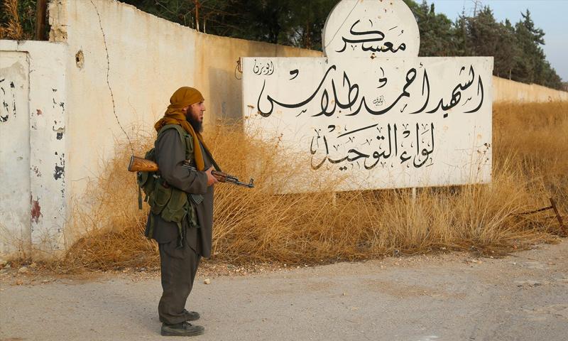 """مقاتل في تنظيم """"الدولة الإسلامية"""" داخل مدرسة المشاة بعد السيطرة عليها - تشرين الأول 2015 (ولاية حلب)"""