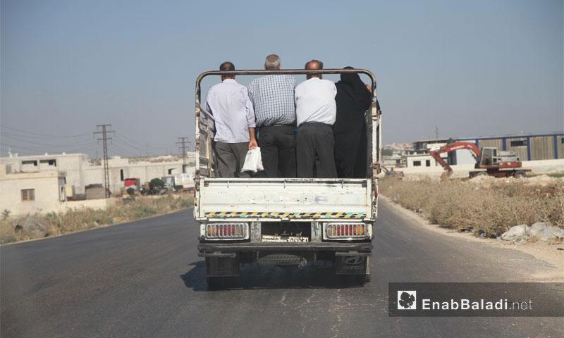 شاحنة تقل نازحين من ريف حماة باتجاه محافظة إدلب تشرين الأول (عنب بلدي)