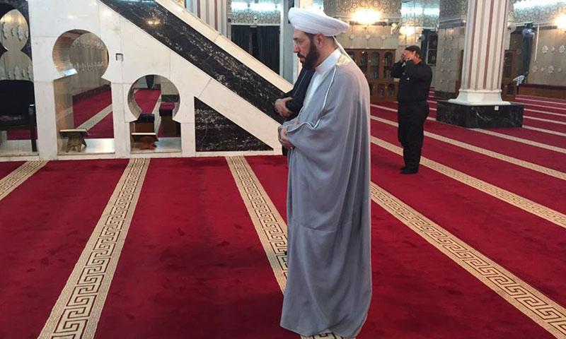 """حسون يصلي في مسجد """"الإمام الأعظم"""" في بغداد- الثلاثاء 4 تشرين الأول (فيس بوك)"""