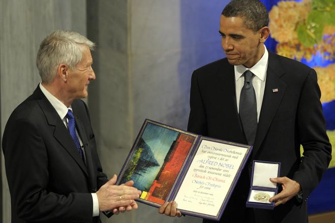 الرئيس الأمريكي باراك أوباما أثناء تسلمه الجائزة
