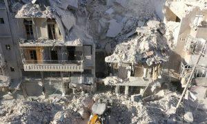 انهيار منزل كامل في مدينة حلب جراء غارة روسية- 24 أيلول (AFP)
