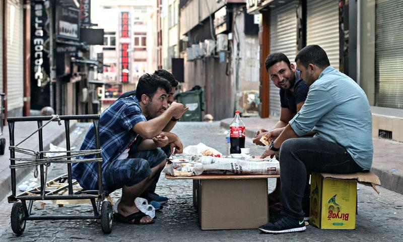 رجال سوريون يعيشون في مدينة اسطنبول التركية 20 آب 2016 (إنترنت)