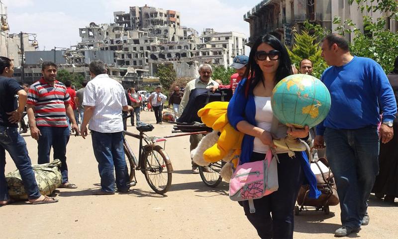مجموعة من الأشخاص في أحد الأحياء الموالية في مدينة حمص (انترنت)