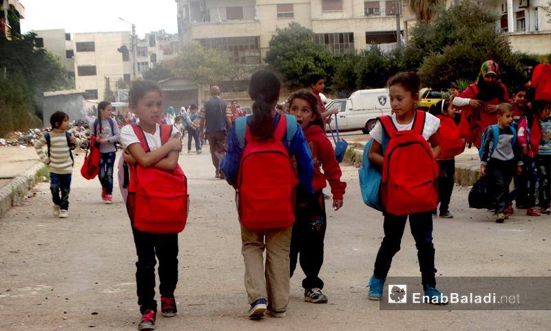 """أطفال خلال مغادرتهم معهد """"أبناء الشهداء"""" في حي الوعر بحمص - تشرين الأول 2016 (عنب بلدي)"""